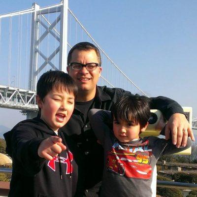 Nevin Thompson avec mes deux fils au Japon.