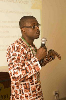 """Nwach présentant les conclusions de son groupe de travail """"Voix et neutralité"""" lors du Sommet GV de 2012 à Nairobi, au Kenya"""
