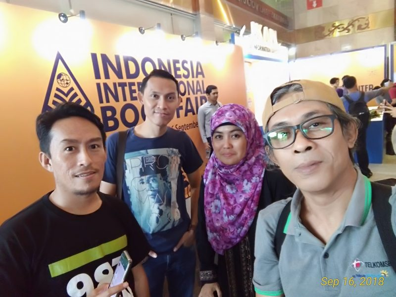 The author with friends took a selfie in 2018 IIBF -- photo by Arpan Rachman